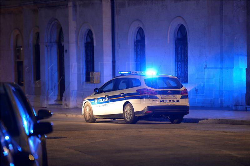 Policija ubojicu opisuje kao bijelca, u dobi od oko 45 godina, koji je.
